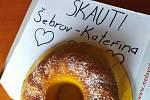 Skautky z Šebrova Kateřiny napekly sladkosti pro zdravotníky. foto: archiv 17. dívčího oddílu