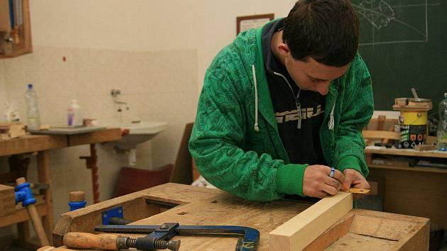 Masarykova škola práce v Letovicích už po šesté připravila soutěž pro žáky základních škol s názvem Dřevo – materiál budoucnosti.