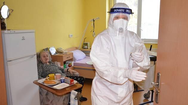Testování v domově důchodců. Ilustrační foto