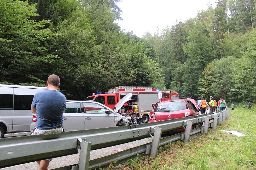 Nehoda u Olešné na Blanensku. Srazila se dvě auta s dodávkou.