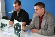 Kriminalista Marek Opatřil a zástupce vedoucího Územního odboru policie v Blansku Zdeněk Grénar s maketou pistole a kuklou, které lupič použil při přepadení heren.