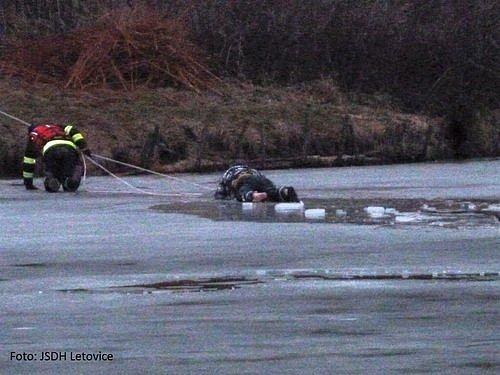 Pod mužem, který zachraňoval svého psa zvody se prolomil na Křetínce led. Zvody oba zachránili letovičtí hasiči.