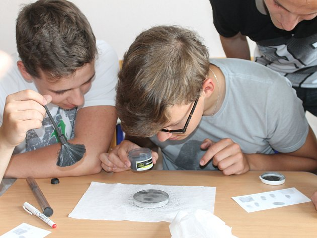 Netradiční hodina chemie, kterou rájeckým gymnazistům předvedli studenti Vysoké školy chemicko-technologické v Praze.