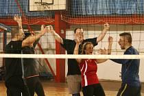 Napínavé boje pod vysokou sítí zakončené tradičním výlovem ryb. Volejbalový turnaj smíšených družstev, Vánoční kapřík, se v adamovské sportovní hale konal už po jedenácté.