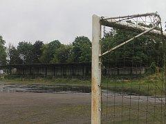 Místo škvárového hřiště na stadionu ASK Blanskobude na podzim fotbalové hřiště s umělým povrchem. Zatím jediné na Blanensku, které splňuje podmínky pro mistrovské zápasy, je v Boskovicích.