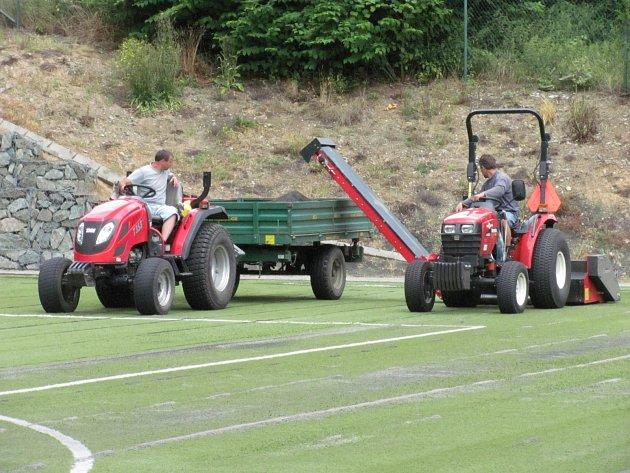 Fotbalisté Boskovic se můžou těšit na nový umělý trávník. Ten se na hřišti Pod hradem vyměňuje po deseti letech.