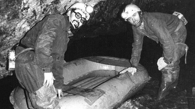 V Císařské jeskyni. Vlevo bývalý šéf Správy CHKO Moravský kras Leoš Štefka, vpravo Pavel Glozar.
