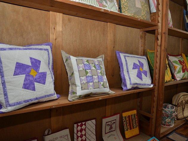Čítárnu městské knihovny v Letovicích zaplnila výstava textilních prací Evy Schwarzové a jejích přátel. Je věnována technice patchwork.