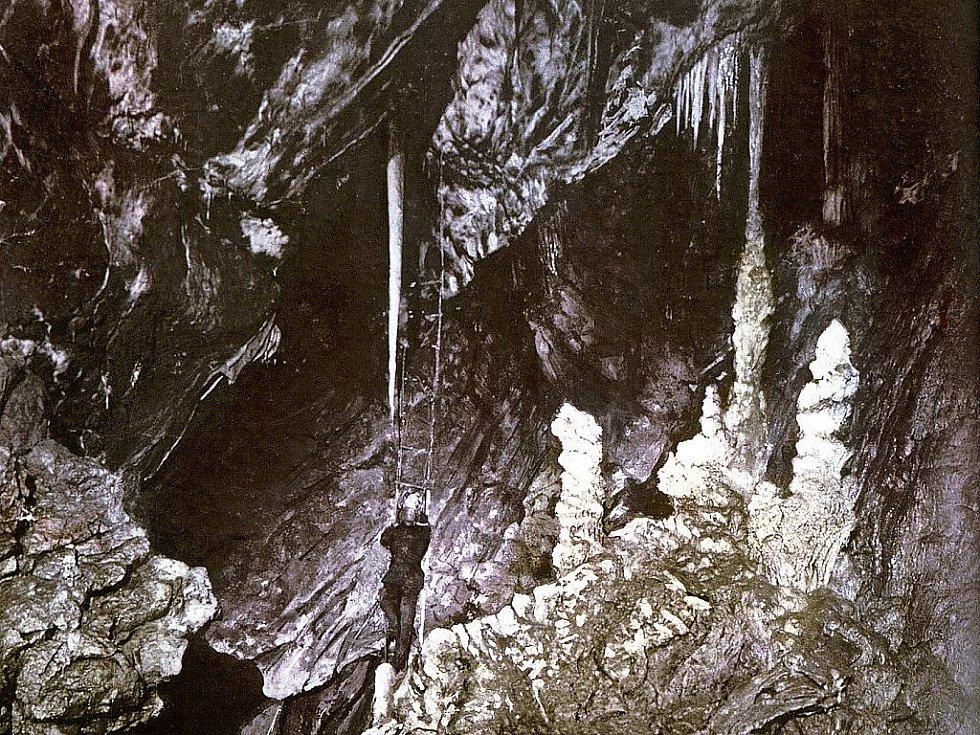 Přední dóm Punkevních jeskyní krátce po objevu v roce 1909.