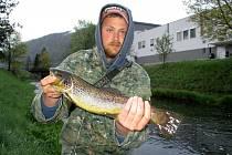 Pstruhaři zahájili sezónu. Rybář z Babic zdolal na Svitavě životního pstruha.