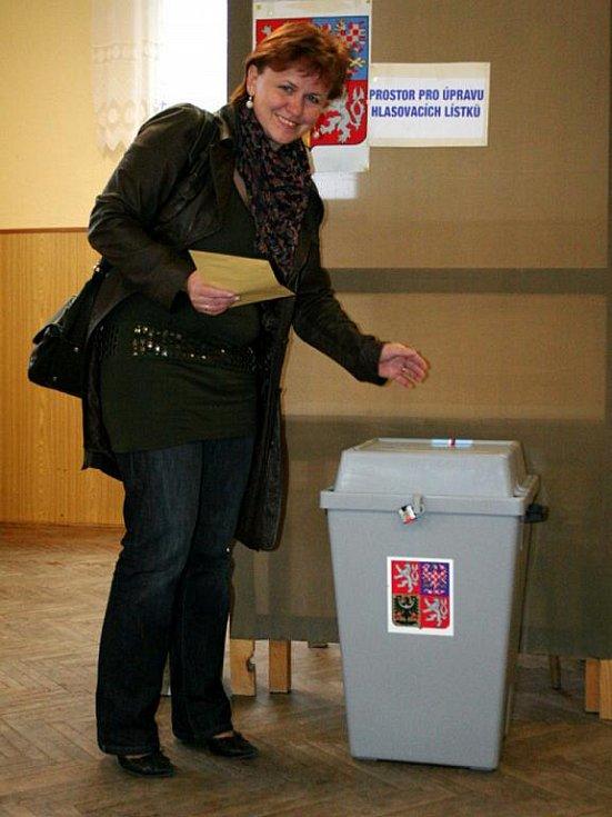 Spešovská starostka a kandidátka do senátu (TOP 09) Ivana Holomková vhodila volební lístky do urny v pátek krátce po páté odpoledne.