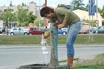 Veřejná pumpa čepuje stejnou vodu, jaká teče z kouhoutků v domácnostech po městě.