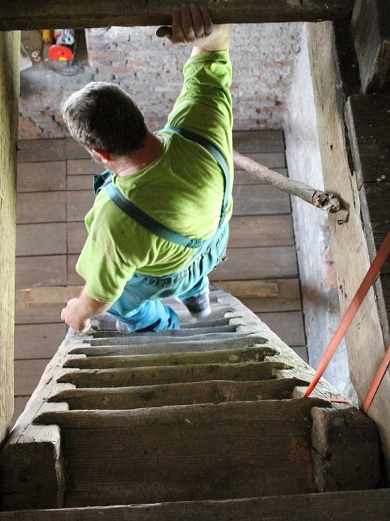 Kostel získá i dubové schodiště se zábradlím.