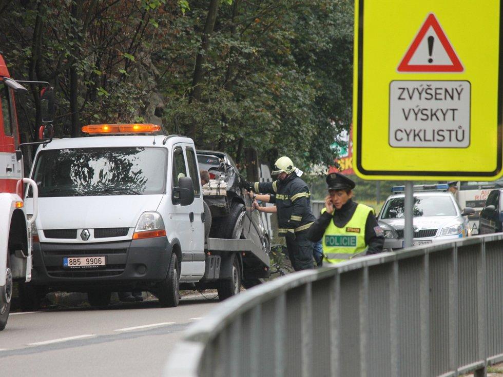 Šestadvacetiletý řidič BMW vjel příliš rychle do zatáčky a dostal smyk. S autem se přetočil o sto osmdesát stupňů a v protisměru narazil do betonové zdi. Z nehody, která se stala na silnici za odbočkou na Olomučany vyvázl bez zranění.