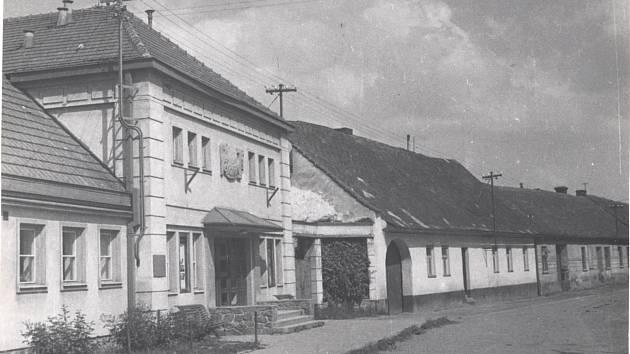 PROMÍTÁNÍ NA RADNICI. Ve Svitávce vybudovali místní kino v budově, kde sídlila radnice. První promítání se konala v šedesátých letech. Kino místní zavřeli na začátku devadesátých let. Později byla budova prodána a v současnosti je v ní obchod s potravinam