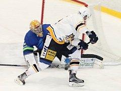 V 5. kole krajské hokejové ligy prohrál Sokol Březina (bílé dresy) na domácím ledě ve Vyškově s Dynamiters Blansko 2:5.