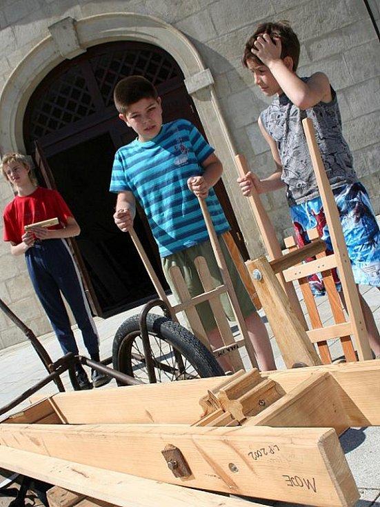 Ve Křtinách obnovila tamní fara tradici velikonočního hrkání. S hrkačkami chodí děti do ulic již třetím rokem.