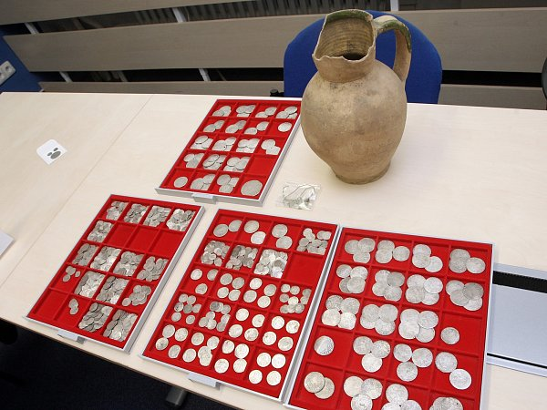 Sběratelská cena nalezených mincí z15. až 17.století se odhaduje na asi 1,1milionu korun, historická hodnota je mnohem vyšší.