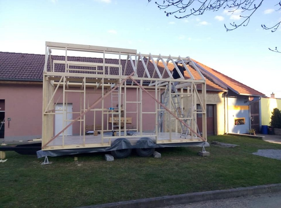 Pavel Schweidler z Pustiměře se svojí rodinou už od jara pracuje na stavbě malého mobilního domku.
