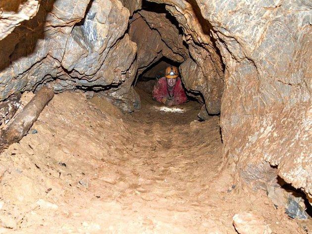 Odborná literatura popisuje systém podzemních prostor v bývalém lomu Velká Dohoda v délce přes pět set metrů, s propastmi a několika patry. Na snímku vlevo část chodby, která má být přístupná pro turisty.