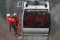 Cvičení v Moravském krasu. Lezecké skupiny hasičů z lanovky na Macochu zachraňovaly cestující. Do akce se zapojil i vrtulník.