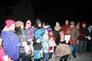 V Doubravici nad Svitavou se u vánočního stromu na náměstí Svobody ke zpívaní sešlo asi 140 malých i velkých zpěváků. Na klávesy je doprovodil varhaník Pavel Plhoň.