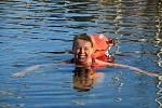 Dřív se při té představě roztřásla zimou. Brr. Vlézt v plavkách v říjnu do ledové vody a plavat. Teď už Alena Pavloňová Neumanová z Adamova nestojí na břehu, ale chladivou lázeň si týdny dopřává přímo na vlastní kůži.