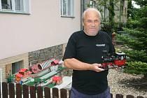 Jiří Šimkůj má před domem v blanenské Divišově ulici model zahradní železnice. Vláčky už u něj v turistické sezoně pravidelně v neděli jezdí pět let.