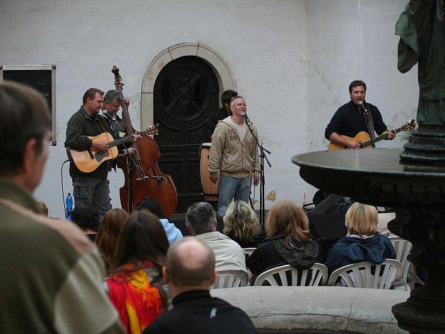 Letní festival Muzika pro Karolínku naservíroval publiku na nádvoří blanenského zámku již sedmý koncert.