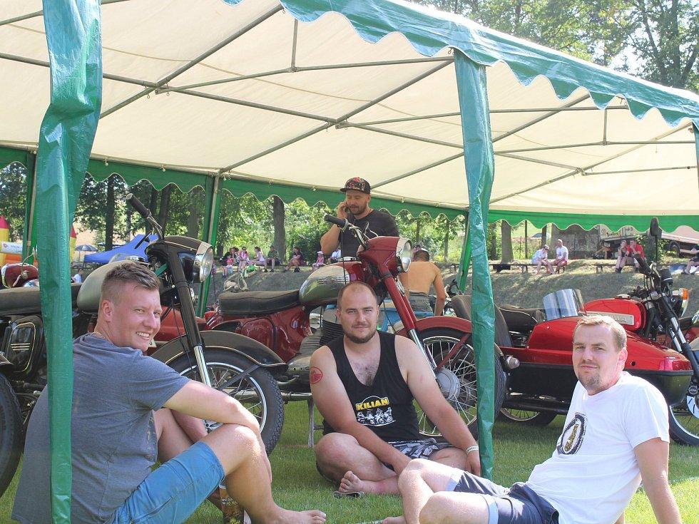 Na Motosrazu ve Voděradech se lidé pobavili a pomohli dětem.