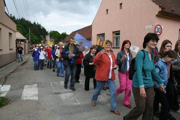 Od asfaltového parkoviště u rybníka Olšovec vyrazil po obědě směrem ke kulturnímu domu pochod paroháčů.