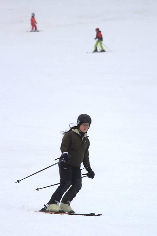 Zimu na sjezdovkách zachraňuje umělý sníh. V Olešnici (na snímcích) je asi 40 centimetrů technického sněhu.