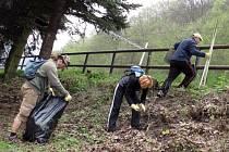 Na březích řeky Svitavy mezi Blanskem a Adamovem sbírali dobrovolníci odpadky.