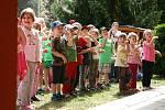 Adamovští pasovali děti na školáky. Hledaly poklad a bavil je klaun.