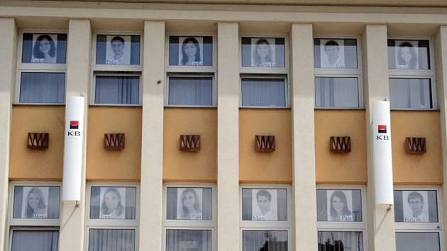 Originální nápad mají studenti blanenského Gymnázia. Pro své tablo použili budovu Komerční banky v centru města.