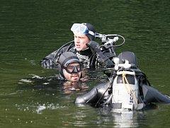 Zatopený lom v Blansku mají potapěči díky průzračné vodě v oblibě. Ve čtvrtek se na jeho břehu usadila vojenská jednotka z Vyškova.