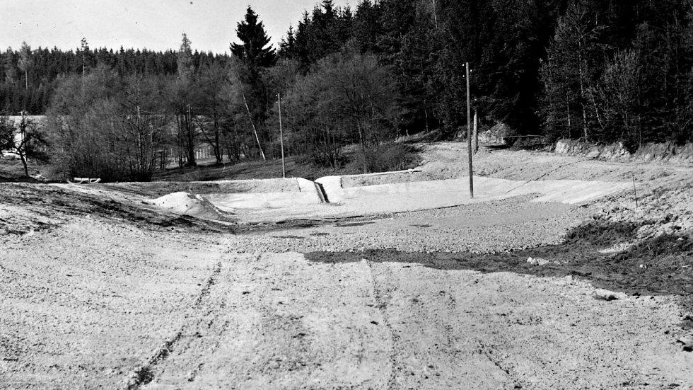 Opravy rybníka Na Lopatě.