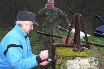 Hračička. Ale také velmi zručný řemeslník. Čtyřiašedesátiletý Pavel Borek z Boskovic se v důchodu nenudí. V Pilském údolí nedaleko Boskovic postavil poblíž dvou tamních rybníků řadu zajímavých předmětů, které obdivují turisté. Ze dřeva i z kovu.
