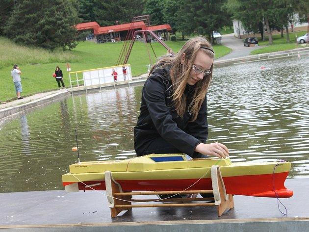 Na blanenské přehradě Palava se od pátku do neděle koná žákovské mistrovství republiky lodních modelářů.