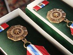 Policisté převzali na blanenském zámku medaile. Za dlouholetou službu.
