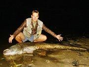 Dvaadvacetiletý Tomáš Rozsypal z Adamova na Blanensku chytil gigantického sumce.