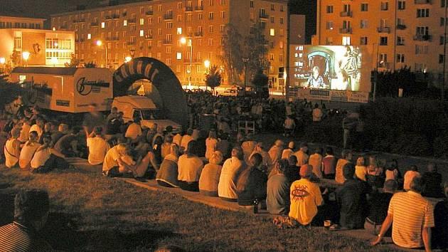Kinematograf bratří Čadíků láká na  na náměstí víc a víc lidí. V Blansku se jich sejde aspoň pět set.