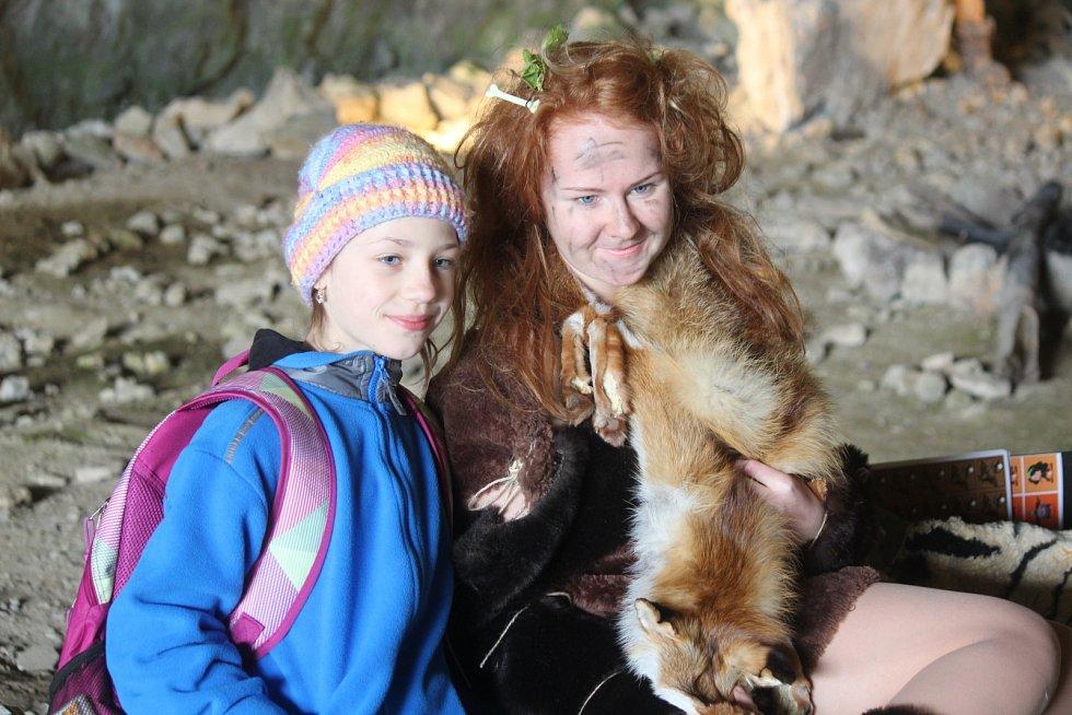 Cestu do pravěku si na Bílou sobotu užili návštěvníci Sloupsko-šošůvských jeskyní. Díky netradičním velikonočním prohlídkám s neandertálci.