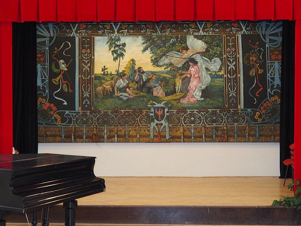 Malíř Otakar Kubín by měl radost. Do Vanovic se vrátila jeho obnovená opona (na snímku). Restaurátorské práce stály obec tři sta tisíc korun. Sto tisíc věnoval kraj.