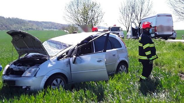 Havarované osobní auto skončilo na poli u Vážan.