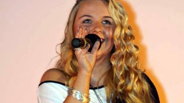 Mladá zpěvačka Adéla Grimová z Adamova.