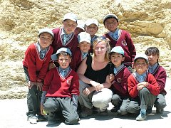 Martina Mynaříková se svými žáky a na výletech v Indii.