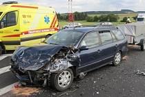 U Sebranic bourala dvě auta. Zranili se spolujezdci.