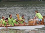 V pátek k večeru závodníci trénovali na tradiční Olšovec Open. Ten odstartoval v sobotu dopoledne závody dvacítkových lodí. O den později si to na vodě rozdaly lodě s desetičlennou posádkou a bubeníkem.