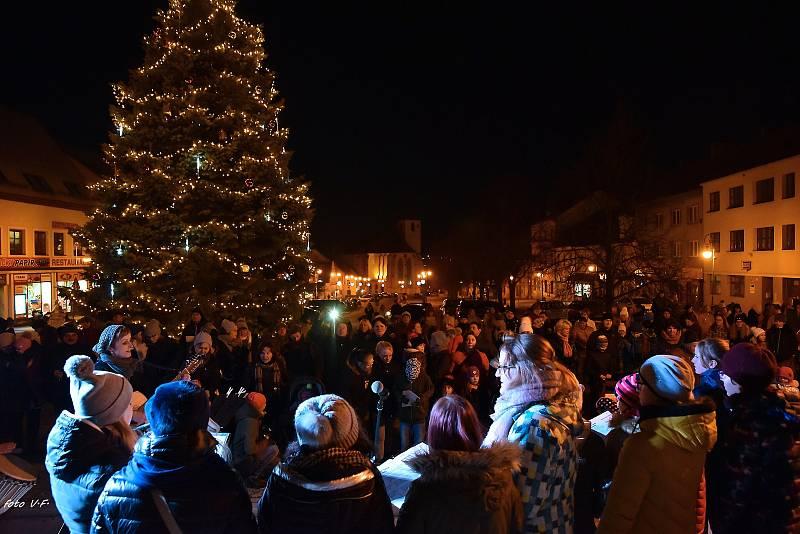 Boskovičtí se na akci Česko zpívá koledy tradičně sešli na Masarykově náměstí před tamní radnicí.